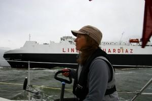 La Surprise sejler (tæt) forbi.....