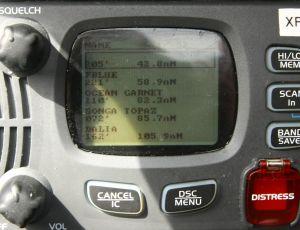 Vores VHF har indbygget AIS som modtager oplysninger fra store skibe om deres position, fart, retning, størrelse, navn osv.