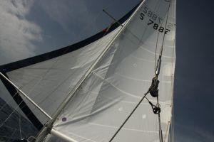 Vi sejler med braset forsejl også kendt som 'sommerfugl'. Efter vi har lært fra Ella hvordan det bedst virker sammen med vindroret har vi flittigt brugt den sejlføring i medvind.