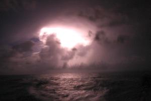 Båd-fotografen trak hurtigt og fangede et lyn