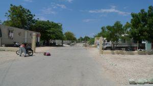 Grænsen mellem Dominican Republic og Haiti. Der løber en flod langs grænsen, hvis man kommer til fods er der en gangbro, men biler skal køre igennem vandet.
