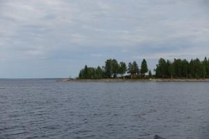 Sejlads i Luleå skærgård. Ikke specielt nemt at fotografere. Øer med grantræer og nogle huse....