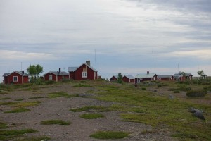 Sandskärs gamle fisker-hytter bliver vist nu blot brugt som sommerhuse, men idyllisk ser det ud.