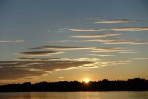 Midsommer-aften-sol i Töre Hamn