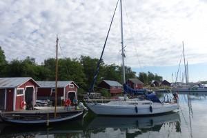 Sinus ligger ved en privat bådebro. Ejeren var heldigvis meget venlig og havde også plads til os selvom han selv havde 3 joller. Blandt andet sejljollen i forgrunden som han havde brugt til post-løbet fra Grisslehamn i Sverige til Eckerö på Åland.